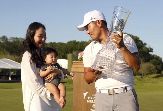 ▲ 강성훈이 13일(한국시간) 미국 텍사스주 댈러스의 트리니티 포리스트 골프클럽에서 끝난 PGA 투어 AT&amp;T 바이런 넬슨에서 생애 첫 우승 트로피를 들고 부인과 아들을 쳐다보고 있다. /연합뉴스<br /><br />