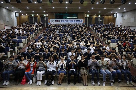 ▲ 교육기부를 하고 있는 경인여대가 인천 가현중학교에서 3학년 학생들을 위해 각종 직업을 체험해보는 시간을 갖고 있다.  <경인여대 제공>