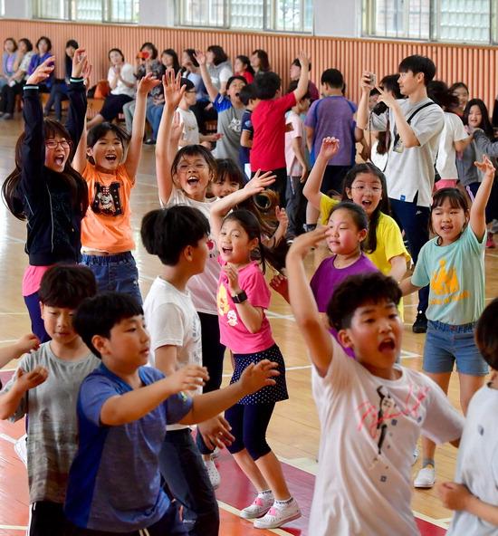 ▲ 무더운 여름 날씨를 보인 15일 인천시 동구 송림초등학교 체육관에서 학생들이 운동회를 하며 즐거운 시간을 보내고 있다.  이진우 기자 ljw@kihoilbo.co.kr