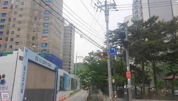 ▲ 포스코건설 아파트 공사로 피해를 입는 인근 아파트.  김상현 기자<br /><br />