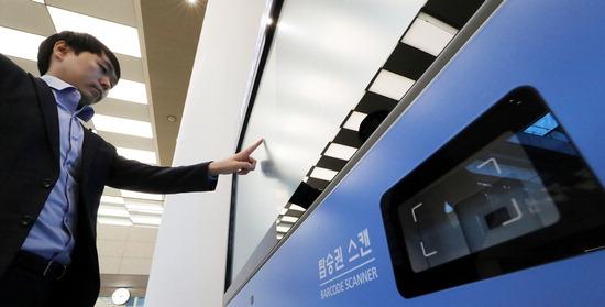 ▲ 인천공항 이용객이 T2에 설치된 스마트 사이니지를 시현하고 있다. <인천공항공사 제공>