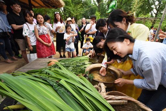 ▲ 단오를 하루 앞둔 6일 오후 용인시 한국민속촌을 찾은 시민들이 창포물에 머리를 감고 있다. 용인=홍승남 기자 nam1432@kihoilbo.co.kr