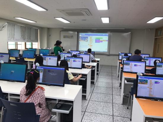 ▲ 한홀초 학생들이 SW 코딩수업에 집중하고 있다.  <한홀초등학교 제공>