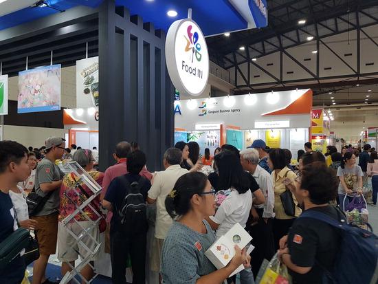 ▲ 인천TP와 인천시, 지역 식품생산업체들이 태국 방콕에서 열리는 국제식품박람회에 참가했다. 박람회에 마련된 지역 업체 부스에 현지인들이 몰려 제품 문의를 하고 있다.  <인천TP 제공>