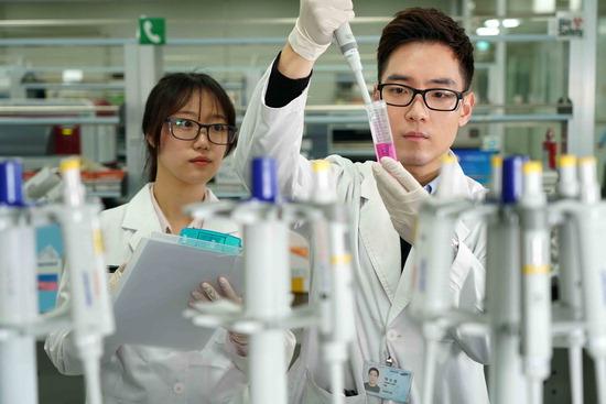 ▲ 과삼성바이오에피스 연구실에서 연구원들이 바이오시밀러 관련 실험을 진행하고 있는 모습.<삼성바이오에피스 제공>