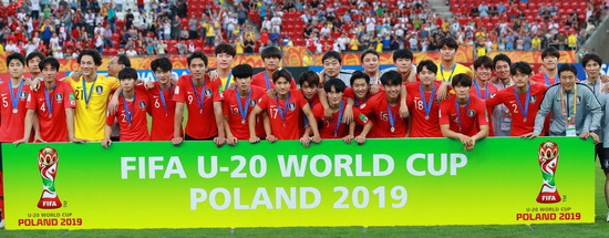 ▲ 16일 오전(한국시간) 폴란드 우치 경기장에서 열린 2019 국제축구연맹(FIFA) 20세 이하(U-20) 월드컵 결승 한국과 우크라이나의 경기에서 1-3으로 패하며 준우승을 차지한 한국 선수단이 시상식에서 기념촬영을 하고 있다.  /연합뉴스