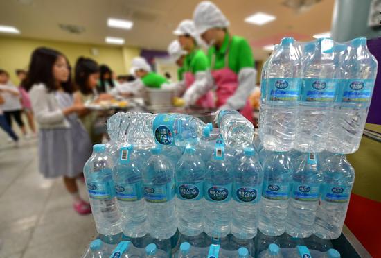 ▲ 붉은 수돗물 사태가 발생한 지 19일이 지난 17일 인천시 서구 가정동의 한 초등학교에서 학생들이 생수를 사용해 지은 밥과 반찬을 급식받고 있다.이진우 기자 ljw@kihoilbo.co.kr