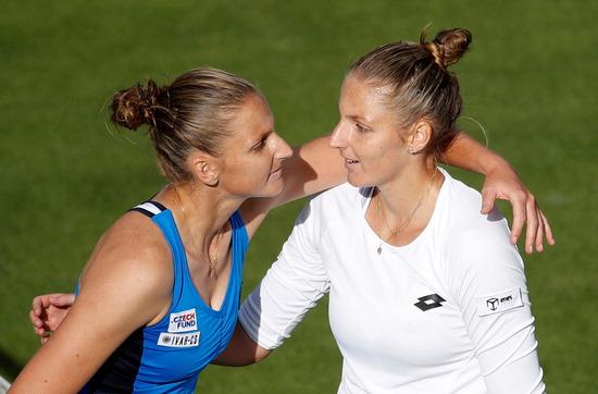 ▲ 여자프로테니스(WTA) 투어 사상 최초로 단식 본선에서 일란성 쌍둥이의 맞대결이 펼쳐졌다. 영국 버밍엄에서 20일(한국시간) 열린 WTA 투어 네이처 밸리 클래식 대회 사흘째 단식 본선 2회전에서 카롤리나 플리스코바(3위)와 크리스티나 플리스코바(112위·이상 체코)가 격돌했다. 1992년 3월생인 둘은 크리스티나가 2분 먼저 태어난 일란성 쌍둥이다. 경기 결과 순위가 한참 아래인 언니가 2대 1로 이겨 8강에 진출했다. 사진은 대결을 마친 뒤 포옹하고 있는 카롤리나(왼쪽)와 크리스티나. /연합뉴스