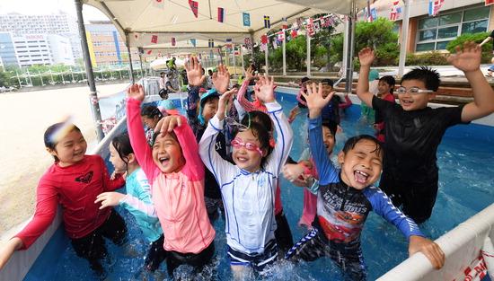 ▲ 무더운 날씨를 보인 17일 수원시 영통구 산의초등학교 운동장에 설치된 수영장에서 학생들이 물놀이를 하고 있다.   홍승남 기자 nam1432@kihoilbo.co.kr