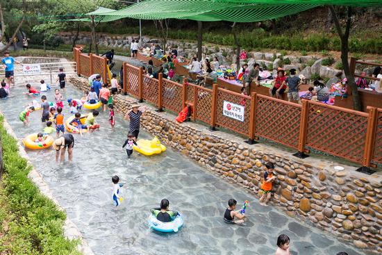 ▲ 인천시 계양구 여름철 힐링공간인 천마산 물놀이장이 오는 19일 문을 연다. 사진은 어린이와 어른들이 시원한 물놀이를 즐기고 있다. <계양구 제공>