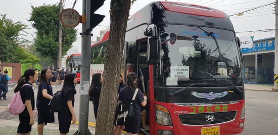 ▲ 인천시 동구 화도진중 학생들이 '꿈을 향해 달리는 진로버스'에 탑승하고 있다.<동구 제공>