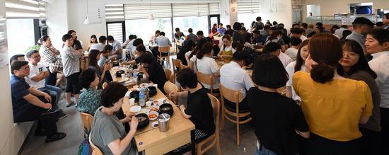 ▲ 절기상 중복인 22일 오후 수원시 영통구의 한 삼계탕 음식점이 붐비고 있다.  홍승남 기자 nam1432@kihoilbo.co.kr