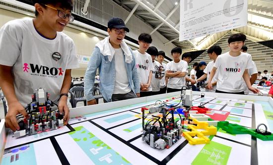 ▲ '2019 월드로봇 올림피아드 코리아'가 열린 11일 인천시 연수구 송도컨벤시아에서 참가 학생들이 자신이 만든 로봇을 평가받고 있다.  이진우 기자 ljw@kihoilbo.co.kr