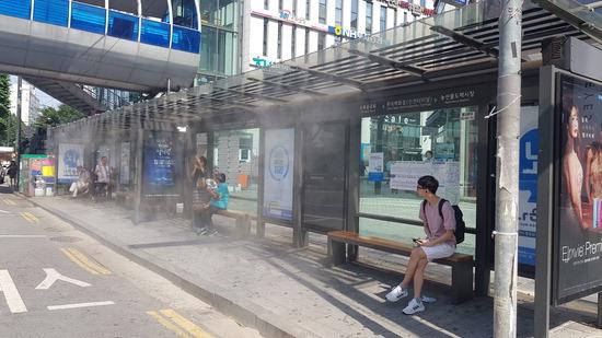 ▲ 인천시 남동구가 롯데백화점 버스정류장에 설치한 쿨링포그 시스템.  <남동구 제공>