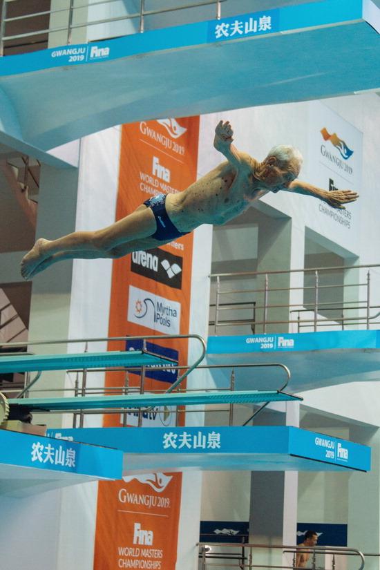 ▲ 광주세계마스터즈 수영대회 남자 최고령 출전자인 테네프 탄초(불가리아·만 91세)씨가 14일 남부대 시립국제수영장 내 다이빙장에서 연습하고 있다. 대회 최다 11개 종목 신청자인 그는