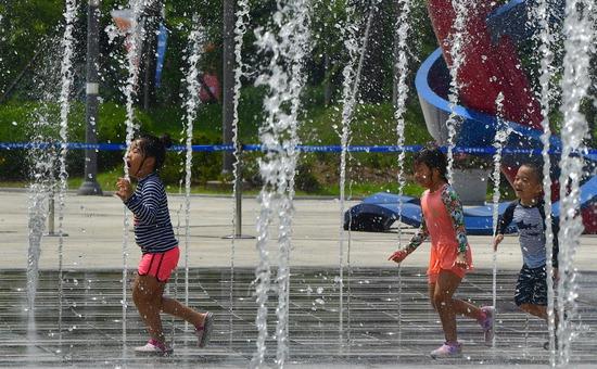▲ 18일 인천시 남동구 수산동의 한 분수대에서 어린이들이 물놀이를 하며 더위를 식히고 있다.  이진우 기자 ljw@kihoilbo.co.kr