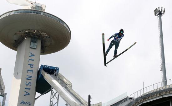 ▲ 최서우가 18일 강원 평창군 알펜시아 스키점프센터에서 열린 2019 평창 스키점프 국제스키연맹(FIS)컵 대회 남자 노멀힐 개인전에 출전해 비상하고 있다.  /연합뉴스