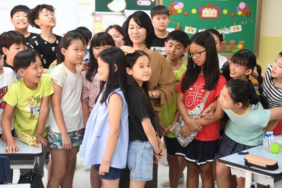 ▲ 수원시 영통구 태장초등학교에서 19일 여름방학을 마치고 만난 학생들이 서로 키를 재보고 있다.  홍승남 기자 nam1432@kihoilbo.co.kr