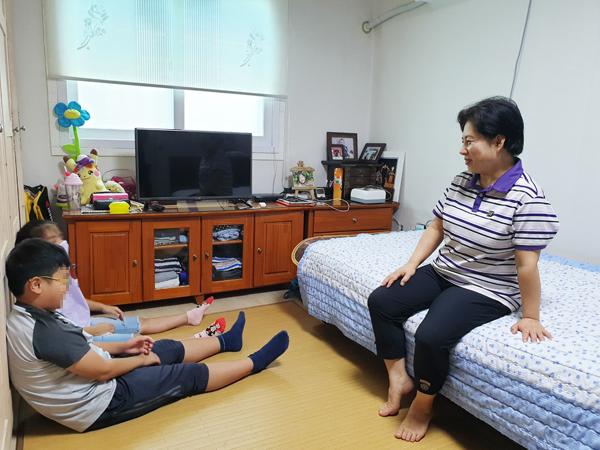 ▲ 위탁부모 홍영임(57)씨가 아이들과 즐겁게 대화하고 있다.