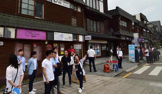 ▲ '2019 세계한인차세대대회'에 참석한 16개 나라의 한인 차세대 리더들이 5일 인천시 중구 개항로 거리를 찾아 옛 일본식 건축물을 살펴보고 있다.이진우 기자 ljw@kihoilbo.co.kr