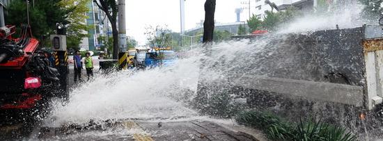 ▲ 9일 오전 수원시 송죽동 장안구 장안지하차도 위 보도에서 공업용수관이 터져 도로와 지하차도 일대가 물에 잠겨 있다.  홍승남 기자 nam1432@kihoilbo.co.kr