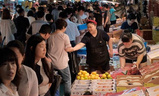▲ 10일 인천시 남동구 구월농산물도매시장이 명절에 쓰일 과일을 구매하는 시민들로 북적이고 있다.이진우 기자 ljw@kihoilbo.co.kr