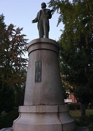안성 출신 대부호 박필병의 동상이 국립한경대 정문 인근에 세워져 있다.