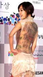 김선영 타투 패션, 엉덩이만 겨우 가린 시스루 속 파격 '청룡 문신'