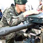 뽀로로·코코몽 캐릭터와 사진찍기 군대 무기 남자 아이들에 인기 만점