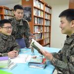 책 읽는 재미에 푹 빠진 육군 장병들