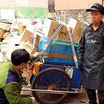 인천시 동구, 폐지 줍는 노인에게 안전보호 장구 지원