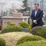 문재인 후보 내외, 부친 묘소 참배
