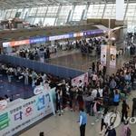 인천공항 사전투표소 장사진…30분 넘게 기다려야