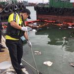 인천 항동 역무선 부두서 폐유수거선 침몰… 기름 일부 유출 방재작업