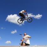 하늘로 점프한 자전거