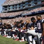 트럼프 대통령 '막말'에 미국프로풋볼 선수들 '무릎 꿇기' 항의