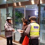 의정부경찰서, 새벽 보행자 교통안전 위한 '반사 자석밴드' 부착 홍보