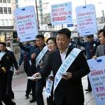 경기남부지방경찰청, 수원역 일대서 사이버범죄 예방 안내문 배부