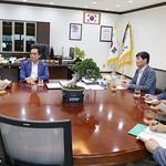 정장선 평택시장-미8군 한국 측 행정부사령관  협력 강화 환담