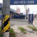 좁은 진입로에 '전신주·불법광고판' 통행 방해하고 주민 안전까지 위협
