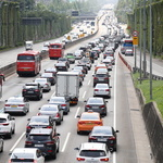 고속도로는 휴가차량으로 정체중