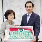 최정숙 '각시방' 대표, 평택호 지영희국악관에 한복 기증