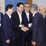 송영무 국방부 장관과 인사 나누는 문 대통령