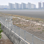철망 두른 도심 해안가 시민들에 위압감