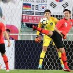 한국 축구대표팀, 수원서 칠레와 A매치… 월드컵 때처럼 몸 바쳐 수비하는 김영권