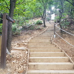 만월산 등산로 낡은 시설물 싹 바꾸고 흙막이도 설치