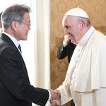 프란치스코 교황과 악수하는 문 대통령