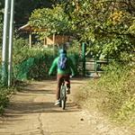 룰루랄라 산길 따라 라이딩 까딱하다 등산객 슬라이딩