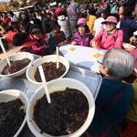 쌀쌀한 날의 훈훈한 풍경… 수원 장안공원서 노인들에 짜장면 대접