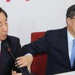 김성태 원내대표 팔 잡는 김동연 부총리